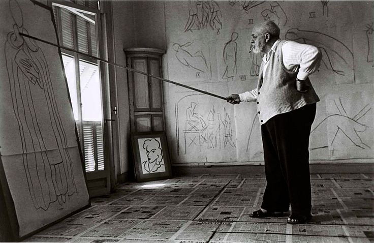 Robert Capa.  Henri Matisse, 1949 (Анри Матисс).  Henri Matisse drawing with bamboo pole tipped with charcoal in his studio (Анри Матисс рисует...   http://udavich.blogspot.com/2017/04/robert-capa.html