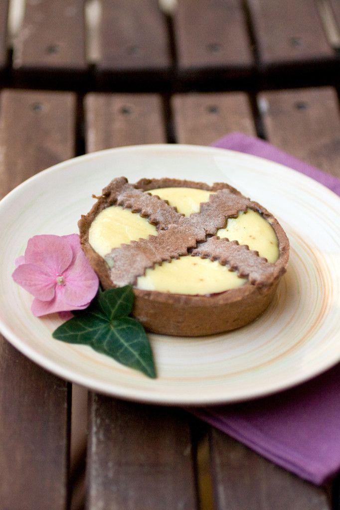 Crostatine al cacao con marmellata di ciliegie e ricotta