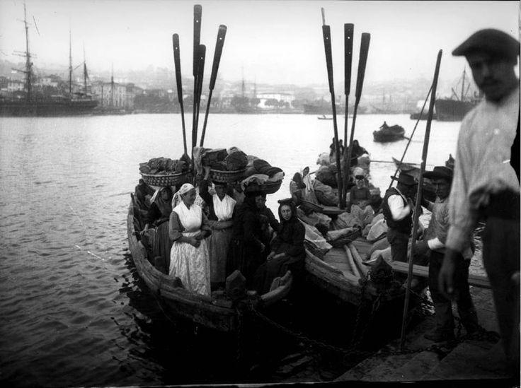 """""""Embarcações no cais da Ribeira com padeiras de Avintes"""" AHMP, Emílio Biel e Companhia. 1880?-1925 (F-NP/1-EB/11/28)"""