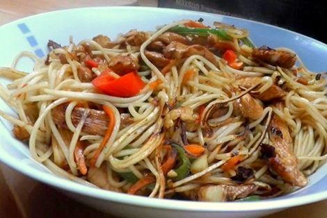 Kurczak Chow Mein to bardzo dobra potrawa z makaronem