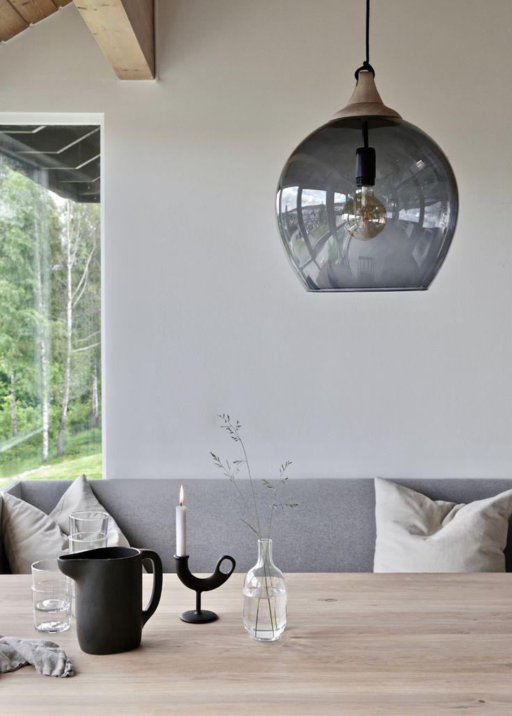 Une terrasse couvert en total look gris pour un espace extérieur naturel