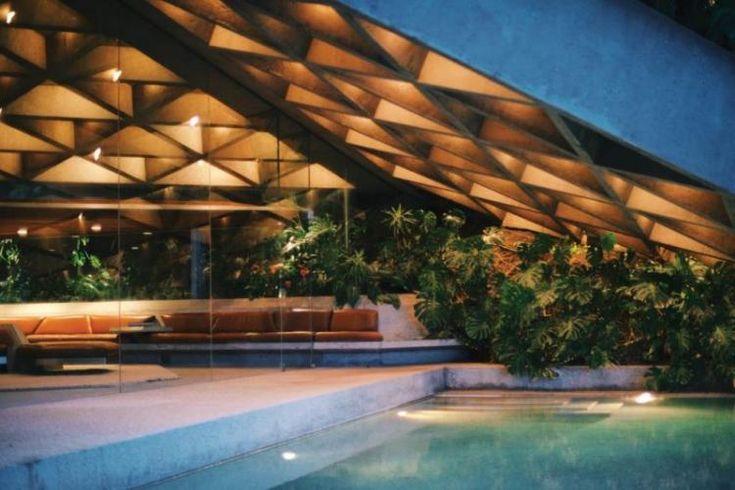 Plafond lumineux en béton et jardin exotique dans une maison d'architecte à Los Angeles