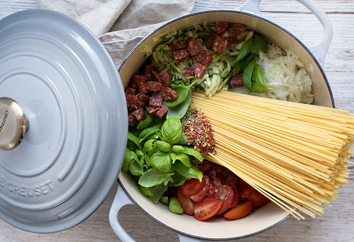 One pot pasta - man kommer alle ingredienserne i en gryde og tilbereder på kort tid - få den skønne opskrift med chorizo og frisk basilikum her