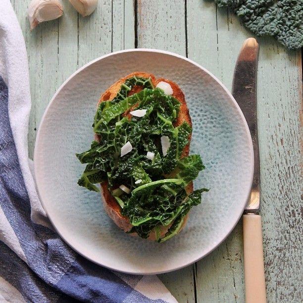 Kale #bruschetta with garlic and cheese... #nomnom #cabbage #kale #veganfoodshare #vegetables #garlic #vegan #whatveganseat #mitesznekavegak #mutimiteszel #vegansdoitbetter #szianyár #gasztrofoto
