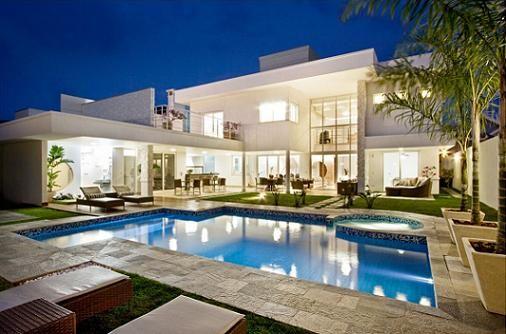 A Fachada da casa é o que mais chama atenção no projeto, pois é ela que estará em maior evidência. Veja fotos e modelos de fachadas de casas modernas e bonitas.