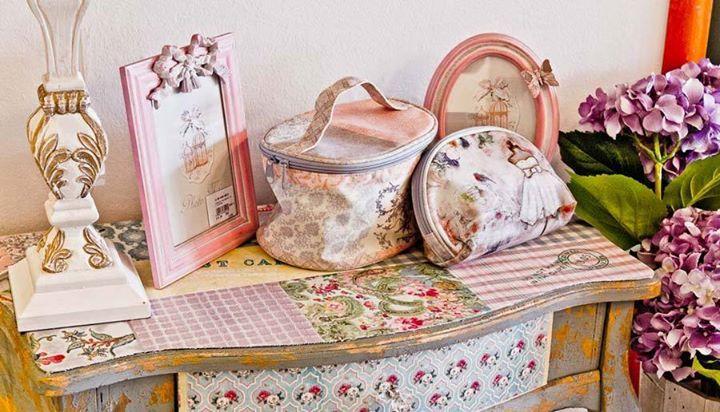 """Gentuţe pentru cosmetice, rame foto, coşuri pentru picnic, tăvi înflorate – secţiunea """"Decoraţiuni"""" a site-ului Retro Boutique este un adevărat cufăr cu minuni. Aici veţi găsi mereu lucruri grozave, numai bune de dus drept cadou vintage."""