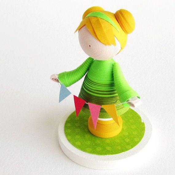 Papier art poupée figurine dans une robe verte avec des bannières festives, fait de papier piquants. Ce sera une forme de gâteau danniversaire coloré et beau pour une fille spéciale !  Cette figurine est faite entièrement à partir de papier et dispose dune jeune fille dans une robe verte vif, tenant une chaîne de bannières colorées pour célébrer une journée spéciale.  Elle est sculptée de longues bandes de papier roulé, en forme et détaillée tout à la main. Ses cheveux blonds est coiffé en…
