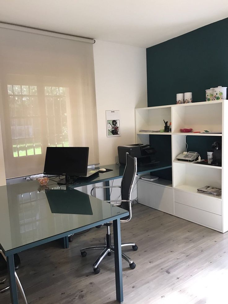 Scrivania laccata colore Blu Pavone e libreria con armadio colore Bianco. @moretticompact #castellettiarredamenti #moretticompact #scrivania #desk #lavoro #work #mywork #armadio #libreria #pc #sedia #poltrona #ufficio #arredamento #interiordesign