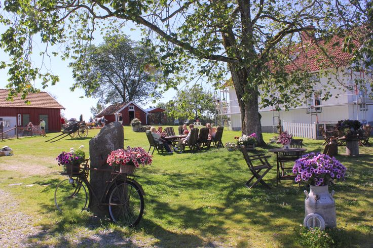 A Beautiful Friday with my mother at Systrarnas Loppis:))) #systrarnasloppis #utby #uddevalla #garden #cafe #fairytale