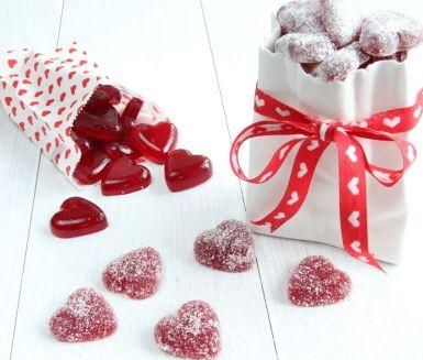 Hemgjorda geléhjärtan, går det? Japp! Nu kan du göra alla hjärtans dag godis till dem du älskar mest. Härligt lagom segt gelégodis av hallon. Vem vill inte bli överraskad av ett mjukt, sött hjärta... eller flera. Receptet ger dig tre varianter att välja mellan - naturella, sockrade eller sötsyrliga.