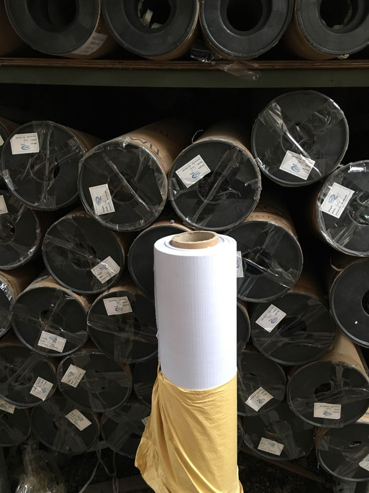 Las telas Banner estan disponibles, para impresion solventada o Ecosolventada en 106 cm y 152 cm, cada rollo cuenta con una cubierta dura, tapas plasticas y luego papel de recubrimiento como vemos en la imagen - http://www.suministro.cl/product_p/fl260-106g.htm