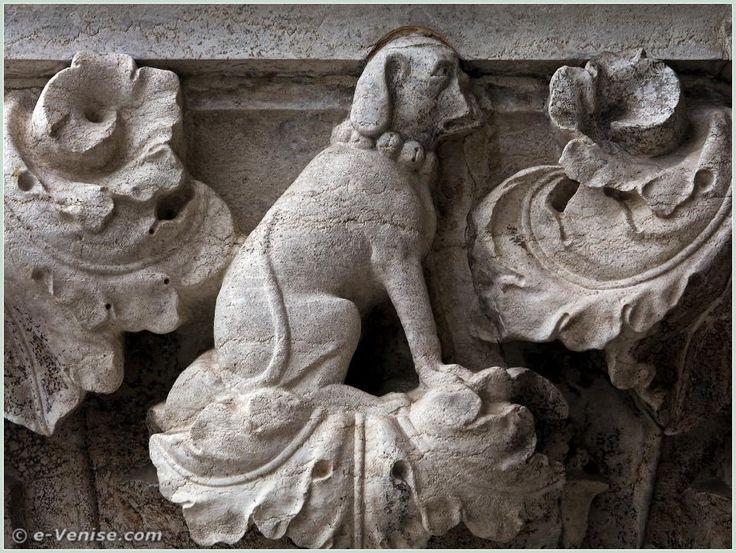 14e chapiteau du Palais des Doges : on peut voir de plus que ce collier est un collier à grelots, ce qui accroît encore plus la notion d'obéissance, le chien ne pouvant jamais être perdu de vue