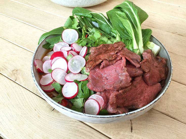 de biefstuk af met plasticfolie en laat in de koelkast marineren tot de soep klaar is. Pel de knoflook en snijd in dunne plakjes. Snijd de helft van de...
