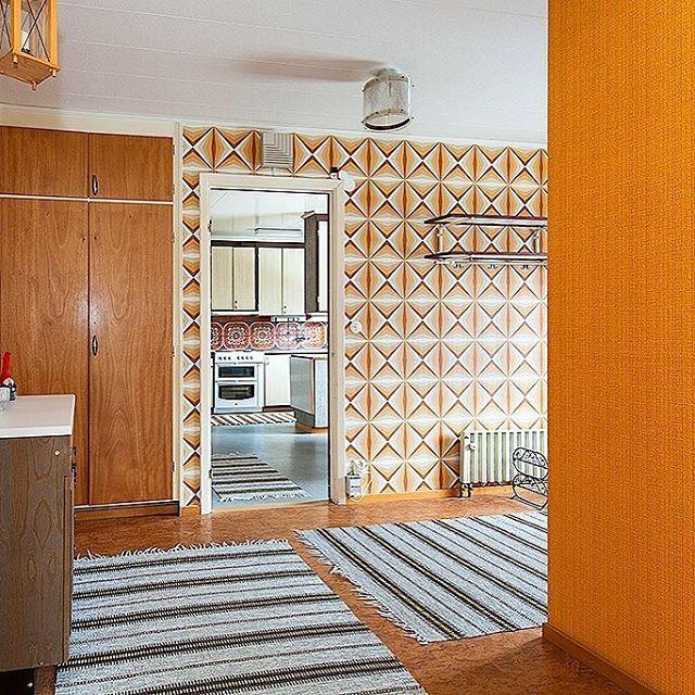 In-your-face welcoming from 1965. Typical 60s brick villa in Läckeby, Kalmar. #hemnet#fastighetsbyrån#hall#inspiration#retro#60tal#svenskahem#retrohem#folkhem#retroinspiration#retroinredning#nostalgi#realestate#interior#midcentury#scandinaviandesign#architecture#living#swedish#retrohome#vintage#wallpaper#pattern#color#60s