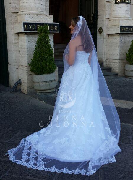 Lo stile classico e moderno si fondono nell'abito da sposa dai tagli esclusivi. La firma inconfondibile di Elena Colonna.