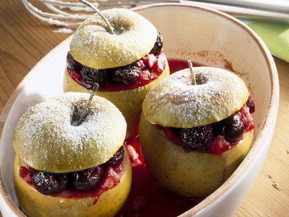 Mal ohne Rosinen und Nüsse: Bratapfel gefüllt mit heißen Kirschen | http://eatsmarter.de/rezepte/mit-kirschen-gefuellte-brataepfel