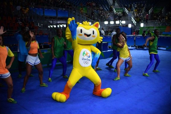 Vinicius, the mascot of the Rio 2016 Olympic games, dances ahead of the Women's Middle (69-75kg) Final Bout at the Rio 2016 Olympic Games at the Riocentro - Pavilion 6 in Rio de Janeiro on August 21, 2016.   / AFP / Yuri CORTEZ