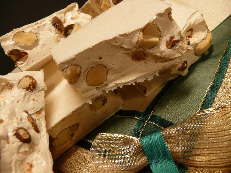 Il torrone alle mandorle si prepara cuocendo il miele a bagnomaria fino a farlo caramellare unendo poi una miscela di acqua e zucchero e chiare d'uov...