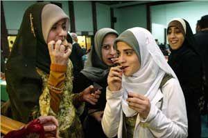 45% Muslim Amerika Berpenghasilan USD 50.000 Memiliki nilai-nilai yang sejalan dengan Islam, Paman Sam toleran terhadap Muslim Amerika untuk mempraktikkan kepercayaan, bersosial, dan sejahtera. Pada 2009 di Universitas Al Azhar, Kairo, Mesir, Presiden Barrack Obama...