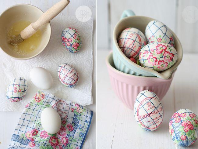 Κρατήστε το παραδοσιακό στοιχείο. Βάψτε τα αυγά. Αλλά δοκιμάστε να στολίσετε μερικά και με τον παρακάτω τρόπο. Αυγά στολισμένα με χαρτοπετσέτες απλά με ασπράδι αυγού. Υπέροχο αποτέλεσμα και κανένας κίνδυνος ζημιάς από χρώματα ή/και κόλλες. Βρείτε χαρτοπετσέτες με