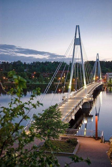 Jyväskylässä on järvi-Suomen hienoin silta.Silta kulkee Päijänteen ylitse.Päijänne on yksi isoimmista järvi-Suomen järvistä!Kirjoittanut Eetu Suomilammi