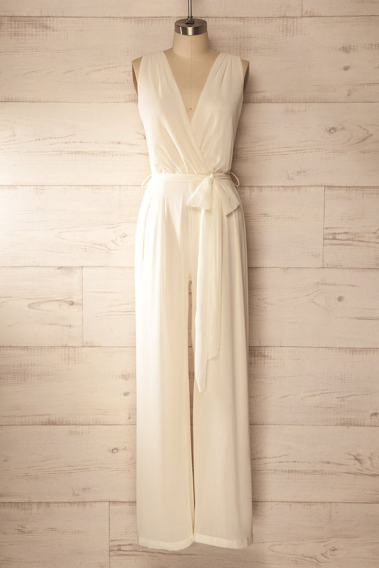 Son habit allongeait à la perfection sa silhouette. Her outfit elongated her silhouette perfectly. Ivory jumpsuit with v-neck http://1861.ca/products/kavousi-ivoire                                                                                                                                                                                 Plus