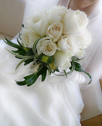 白バラに クッカバラ、リリーグラス、ニューサイの葉 でトロピカル風に仕上げています。
