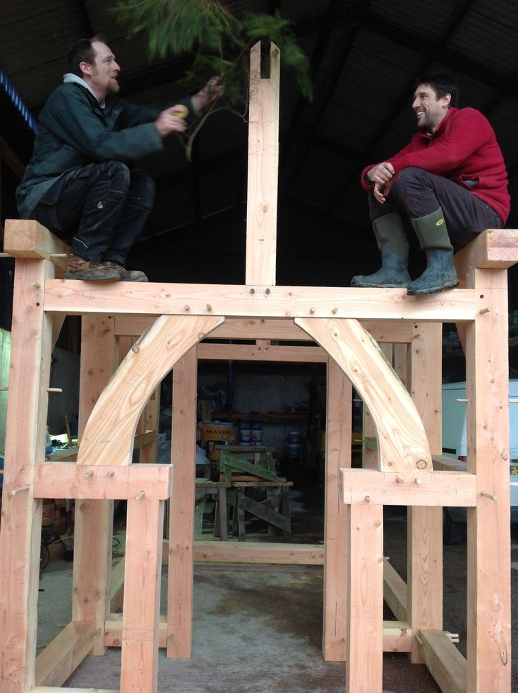 Topping out the building, a small timber frame reading den for Ysgol San Sior.