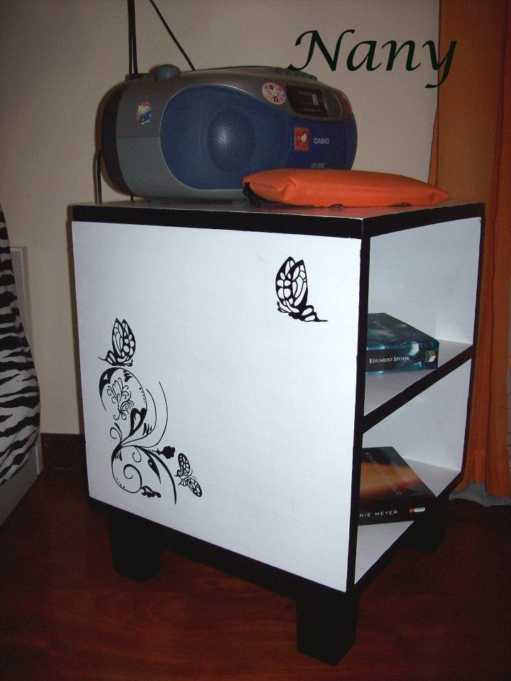 Mesa de cabeceira totalmente reformada em laca branca com arabescos em preto.