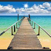 Disfruta del paraíso de una playa paradisiaca con este fotomural veraniego. Pasarela de madera para llegar a la embarcación soñada, cielos azules y agua cri
