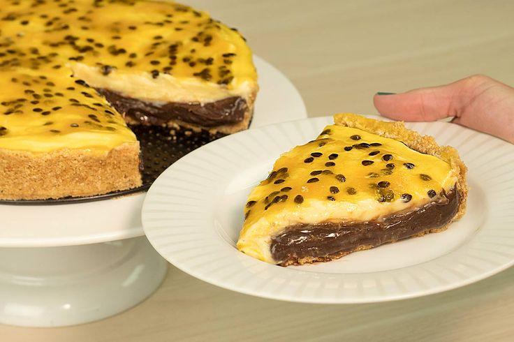 Torta de Brigadeiro Gourmet de Chocolate e brigadeiro de maracujá. Muito fácil de fazer, com massa de biscoito e calda azedinha de maracujá.
