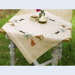 Cats of all colours: voorgedrukte theenap om te borduren in kruissteek, voorgedrukt op stof