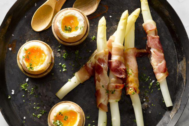 Ook bij het ontbijt krijgen asperges een heerlijke rol: als schattige soldaatjes met een krokant stukje pancetta rond, om in een eitje te doppen!