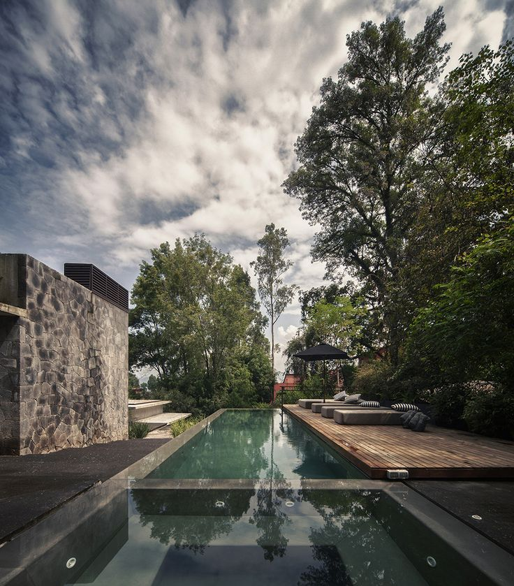 Swimming pool and lounge A Deeper Sense of Nature: Maza House by CHK Arquitectura