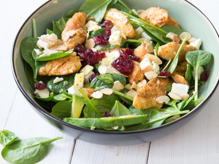 Avocado-Spinatsalat mit Cranberries und Hähnchenstreifen