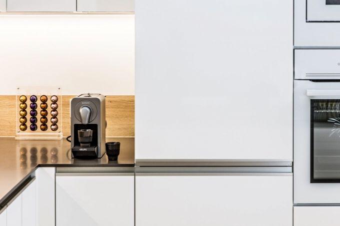 Trendem současné domácnosti jsou přístroje, které lze ovládat na dálku pomocí chytrého telefonu, patří k nim i tento kávovar z limitované edice Nespresso Prodigio