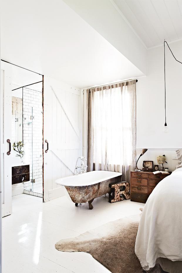 chambre-salle de bain avec baignoire ancienne.