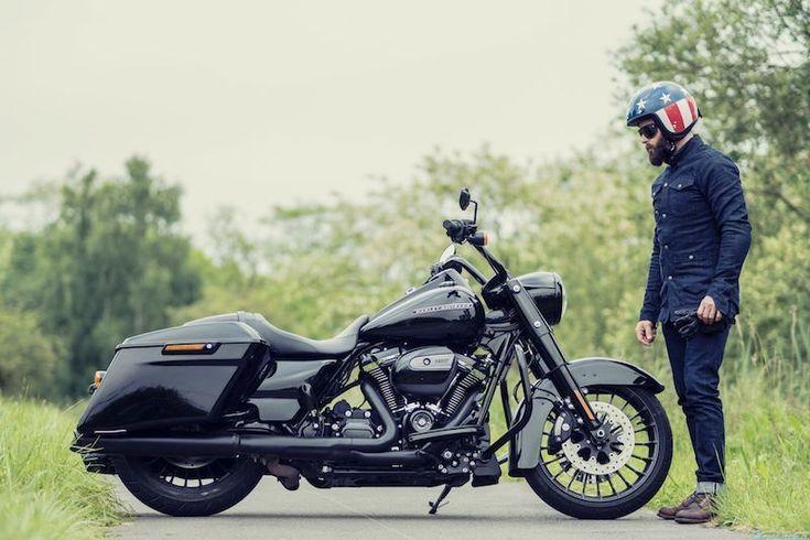 Dernièrement j'ai eu la possibilité pendant 5 jours de rouler en Harley-Davidson Road King Special. C'est le modèle 2017 avec le moteur Milwaukee Eight 107 que je voulais absolument tester. Quand je l'ai vu la première fois sur internet, je me suis dit que cette moto pourrait faire des belles photos et qu'elle devait être avec son guidon haut sympa à conduire. J'ai récupéré la moto le lundi midi chez Harley-Davidson France au... #harleydavidsonroadkingspecial