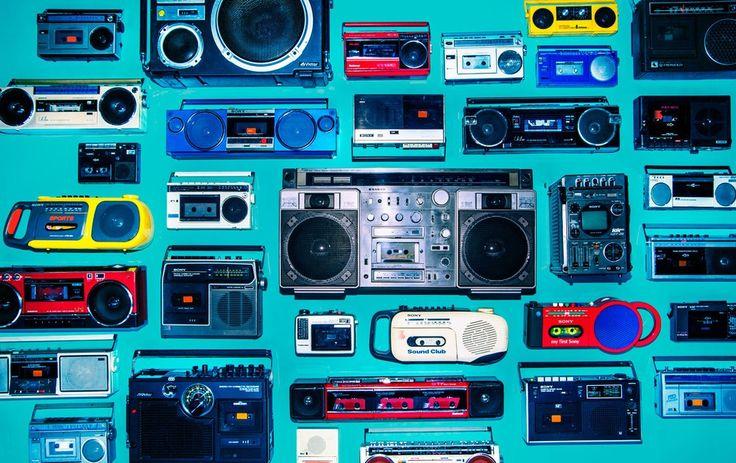 東京・池袋のパルコミュージアムで2016年12月9~27日、由緒正しいラジオカセットレコーダーの展覧会「大ラジカセ展」が開催されている。色鮮やかなものから、テレビやキーボードの機能を備えたものまで、100点超の展示品は日本随一の家電蒐集家・松崎順一さんが集めた5000点のラジカセから選び抜かれた。主催するパルコは「音楽や書籍がデジタルコンテンツに移行していく中、