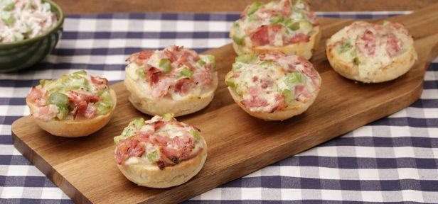 Pizzabrötchen-Aufstrich mit Schinken, Salami, Paprika, Sauerrahm und Käse ist einfach und schnell gemacht. Wie er gelingt, zeigt die Video-Anleitung.