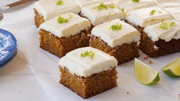 Saftig gulrotkake med massevis avdeilig ostekremer alltid populært. På denne kaken har jeg brukt en fluffyostekrem med en frisk smak av limesom egner seg perfekt til å sprøytes somdekorative topperpå kakestykker og cupcakes.   Om du vil gi kaken litt ekstra tekstur kan du tilsette 1 desiliter hakkede pekan- eller valnøtter og 1 desiliter tørkede tranebær eller rosiner i kakerøra.