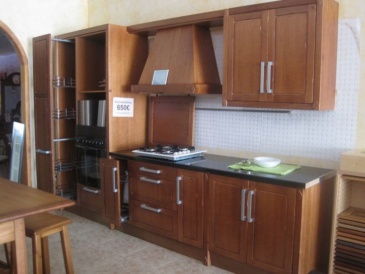 Cocina de exposición; puertas, frentes y elementos visibles en madera