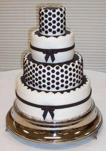beautiful black and wight theamed wedding cake always the black bow and wight layerd cakes are in style <3 well there my favoite kind of look!!