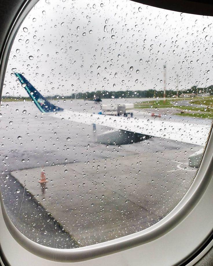 Voar  #azul #azul #azullinhasaereas #flight #voo #aviao #plane #chuva #rain #window #drops #brazil #santarém #pará #norte #amazonia