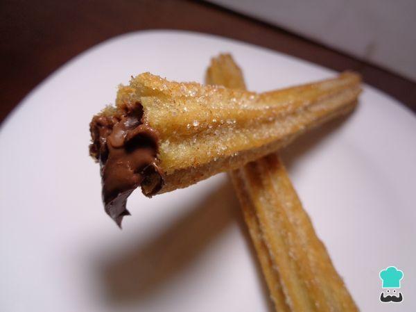Receta de Churros rellenos de chocolate #RecetasGratis #ResposteríaFácil #RecetasdeCocina #RecetasFáciles #Postres #Repostería #Churros