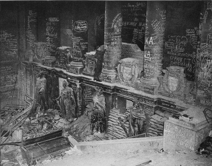 chaldej+reichstag 1945+inschriften  Dans les premiers jours du mois de mai 1945, les soldats de l'Armée rouge prennent d'assaut le Reichstag (moment immortalisé a posteriori par la fameuse mise en scène du drapeau rouge d'Yevgeny Chaldej).