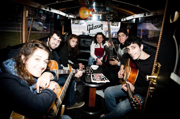 Al FIM si suona. Un gruppo di amici suona le chitarre GIBSON all'interno del Gibson Bus. FIM - Fiera Internazionale della Musica. 25 | 26 Maggio 2013. Ippodromo dei Fiori | Villanova d'Albenga (SV). www.fimfiera.it