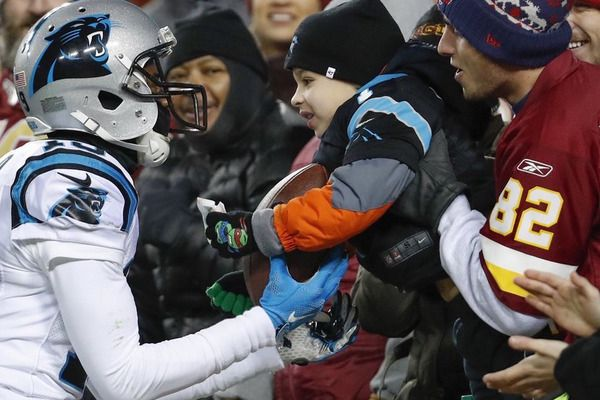 Redskins fans help young Panthers fan land touchdown ball | Yardbarker.com