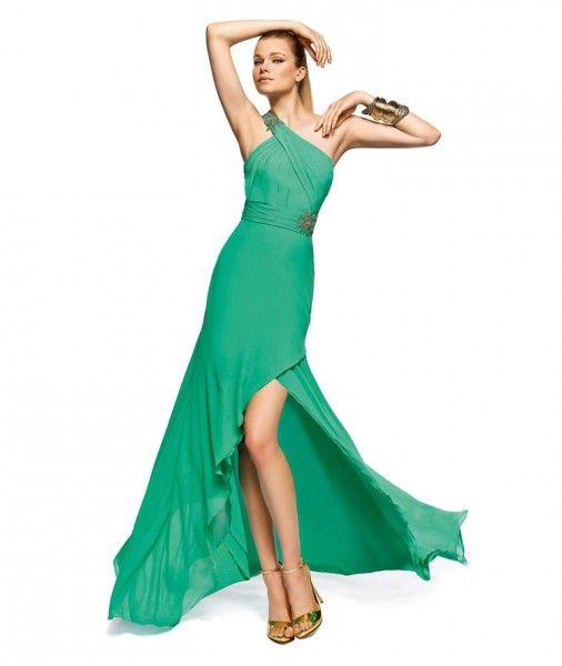 (Foto 3 de 15) Si tienes una boda en los próximos meses apuesta por los vestidos de fiesta en verde esmeralda. Diseño de la colección de vestidos de fiesta 2013 de Pronovias., Galeria de fotos de Vestidos de Fiesta Verde Esmeralda: El Color de Moda esta Temporada