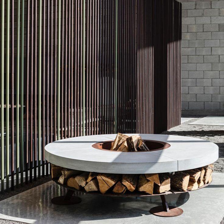 Ercole Concrete 150 est un Brasero de très bonne qualité designé par Ivano Losa et fabriqué en Italie. Il est idéal pour l'aménagement de terrasses de bars, de restaurants et d'hôtels. #brasero #chauffage #terrasse #cheminée #parc #feu #AK47 #barazzi www.barazzi.fr